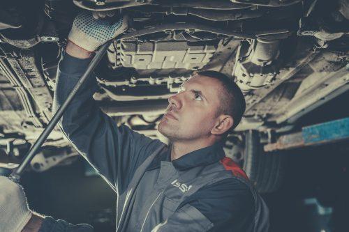 Основные симптомы неисправностей, требующих ремонт подвески Ниссан: стуки и вибрации при движении автомобиля, ощутимый люфт, биение руля, увод автомобиля в сторону, неравномерный износ резины, заниженный или неравномерный по осям клиренс автомобиля