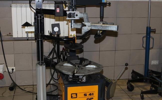 IMG_1 В арсенале шиномонтажный станок для работы с низкопрофильной резиной  радиусом до 22 дюймов